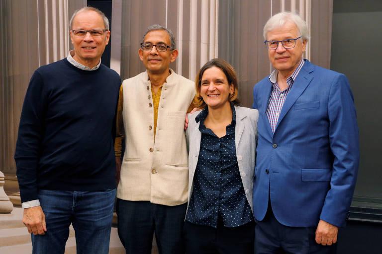Abhijit Banerjee e Esther Duflo, dois dos três laureados do Nobel de Economia, com os vencedores do prêmio de 2016 e o de 2014, Bengt Holstrom e Jean Tirole, respectivamente