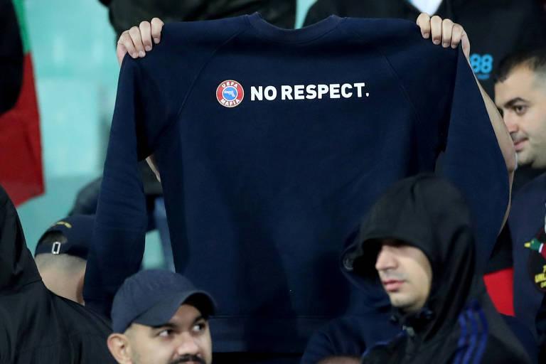 Casaco feito por torcedores búlgaros contra a campanha da Uefa que prega respeito e tolerância nos estádios de futebol