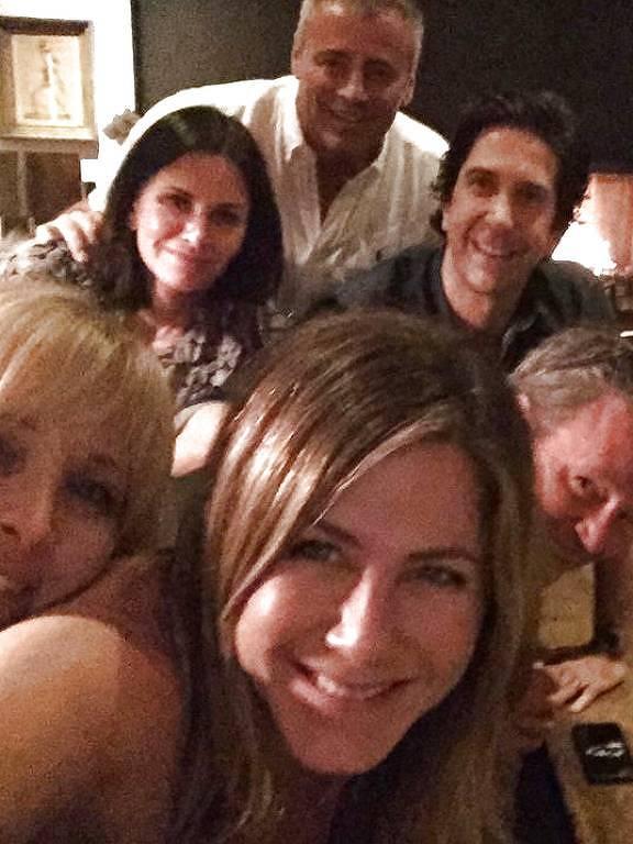 Jennifer Aniston inaugura conta do Instagram com foto ao lado de companheiros de Friends