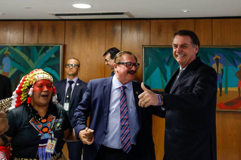 Presidente da República, Jair Bolsonaro, durante encontro com Luiz Antônio Nabhan Garcia (ao centro), Secretário Especial de Assuntos Fundiários do Ministério da Agricultura, Pecuária e Abastecimento, e indígenas Guajajaras