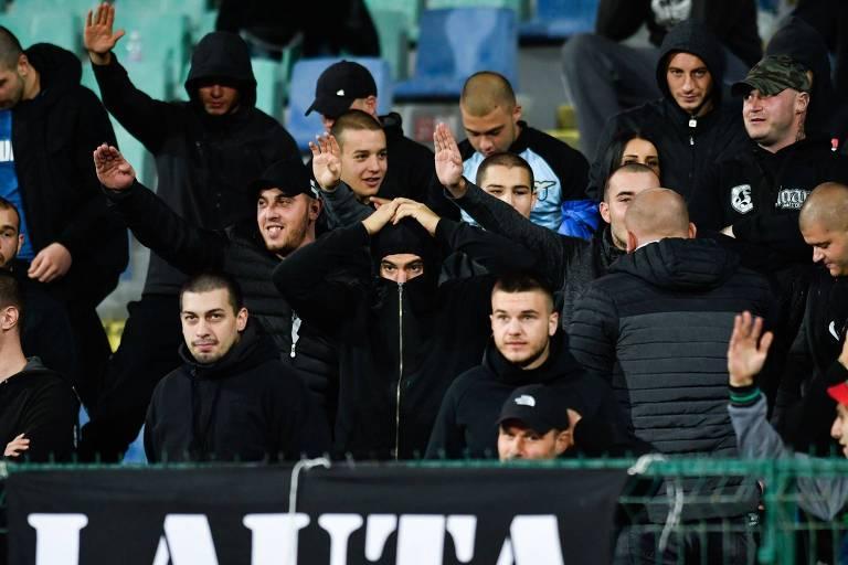 Torcedores búlgaros fazem saudações nazistas durante o jogo contra a Inglaterra, em Sófia