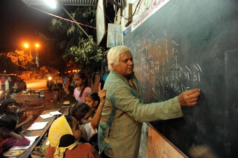 Professor escreve em quadro negro