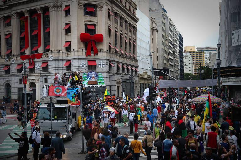 Manifestantes fazem caminhada até o Teatro Municipal na Marcha no dia da Consciência Negra