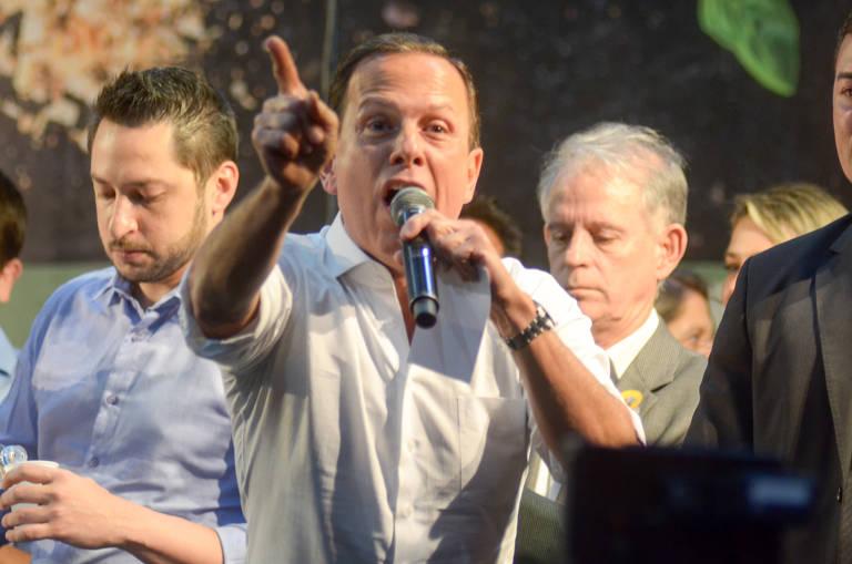 """Grupo """"Direita Taubaté"""", pró-Bolsonaro, protesta contra o governador de São Paulo João Dória durante evento em Taubaté (SP) na noite desta terça-feira (15)"""