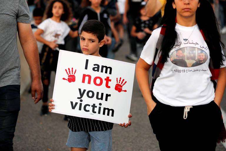 'Eu não sou sua vítima', diz placa segurada por criança no ato