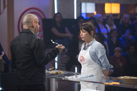 Henrique Fogaça prova a receita de Bianca no primeiro programa do MasterChef: A Revanche