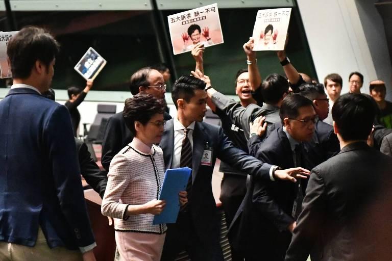 A chefe-executiva de Hong Kong, Carrie Lam, deixa o Parlamento após ter discurso interrompido