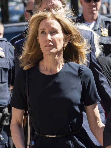 Actress Felicity Huffman makes her way to the entrance of the John Joseph Moakley United States Courthouse September 13, 2019 in Boston, where she will be sentenced for her role in the College Admissions scandal. - Huffman, one of the defendants charged in the college admissions cheating scandal, is scheduled to be sentenced for paying $15,000 to inflate her daughter's SAT scores, a crime she said she committed trying to be a good parent. (Photo by Joseph Prezioso / AFP)