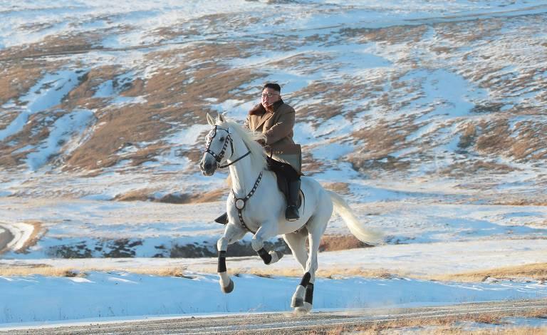 Ditador da Coreia do Norte passeia em cavalo branco em montanha sagrada