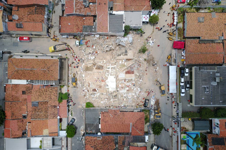 Bombeiros trabalham no resgate das vítimas do prédio residencial que desabou na terça-feira (15) em Fortaleza