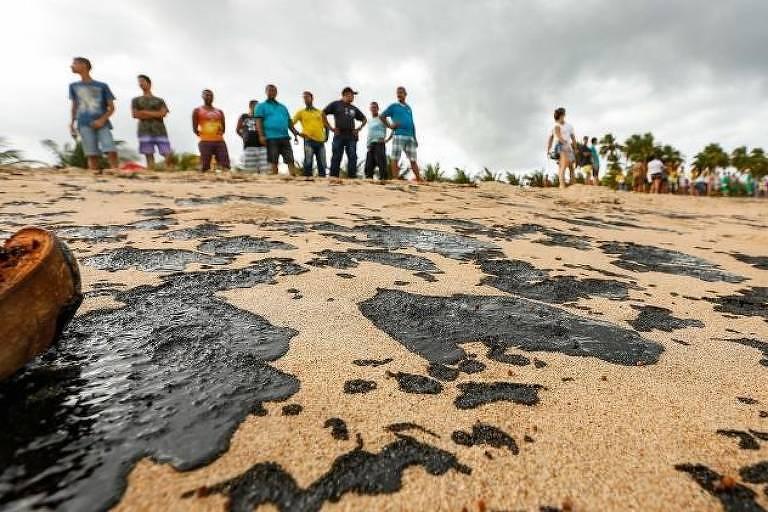 Pedaços de óleo são encontrados em cerca de 200 metros da praia de Japaratinga, em Alagoas