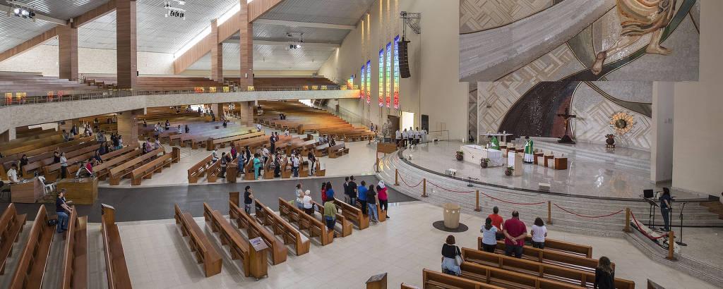 Missa durante uma terça-feira no Santuário do Pai das Misericódias, na sede da Canção Nova, em Cachoeira Paulista (SP)