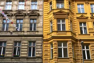 Prédio sem restauração ao lado de restaurado em Kreuzberg, bairro da antiga Berlim Oriental