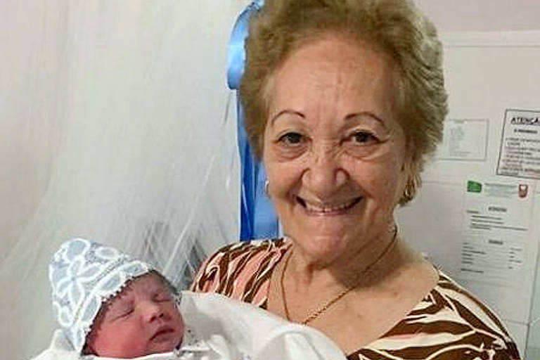 Jucineia Araújo de Castro segura o bisneto Oto