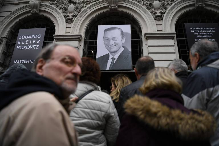 Uruguaios fazem fila para prestar homenagem a Eduardo Bleier, líder comunista cujos restos foram encontrados em um antigo centro de tortura da ditadura