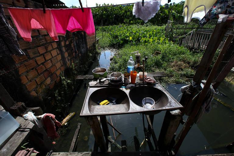 Conjunto habitacional Tauari, em Ananindeua, sofre constantes alagamentos após chover, quando canais de esgoto invadem as casas
