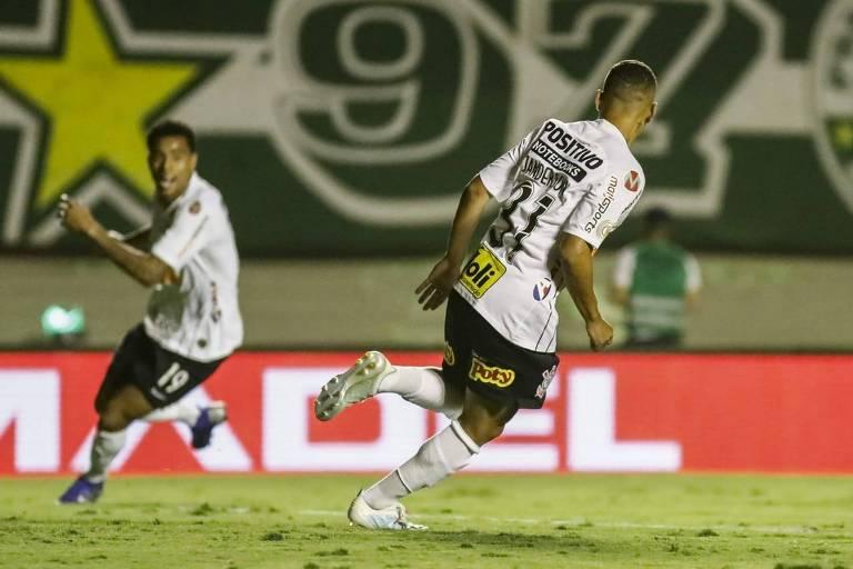 Janderson (à dir.), comemora o primeiro gol do Corinthians no empate por 2 a 2 com o Goiás, no estádio Serra Dourada, em Goiânia