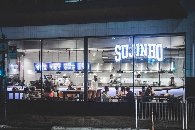 Ambiente da Sujinho Fastburger; grupo abre espaço com hamburgueria ao estilo fast-food, café e janelinha com pães doces na brasa, na Consolação