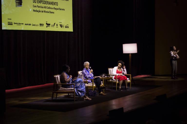 tres mulheres sentadas em palco