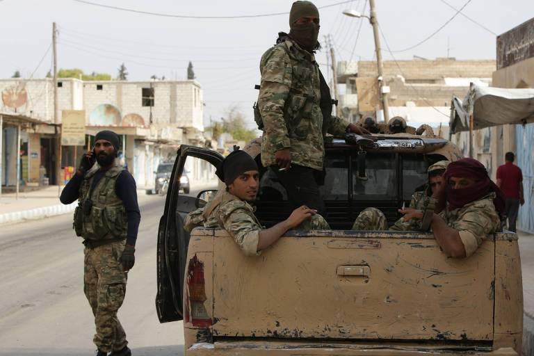 Soldados sírios patrulham a cidade Tal Abyad, na fronteira com a Turquia