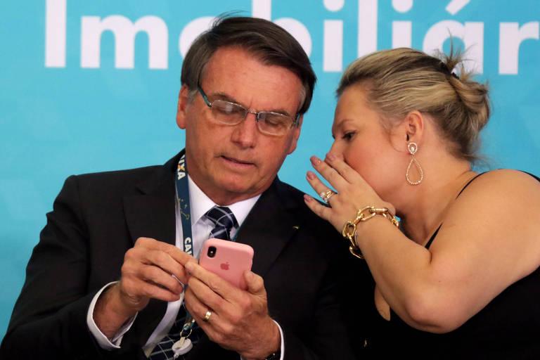 A deputada Joice Hasselmann fala com Bolsonaro durante evento no Palácio do Planalto