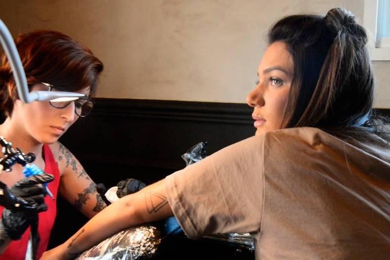 Stéfany Bays tatua boca no braço