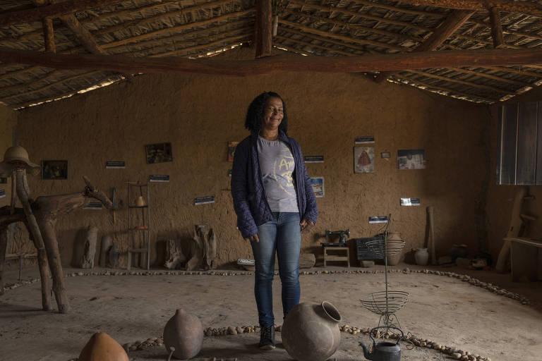 Maria Bezerra, beneficiária da Associação Amigos do Bem, posa para foto em casa construída para sua família em Buíque (PE)