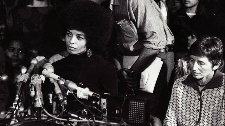 A ativista norte-americana Angela Davis (esquerda), personagem central do documentário