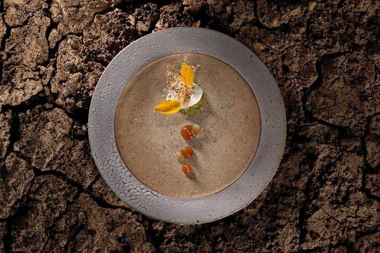 Prato do menu Biomas, do restaurante Clandestino, da chef Bel Coelho