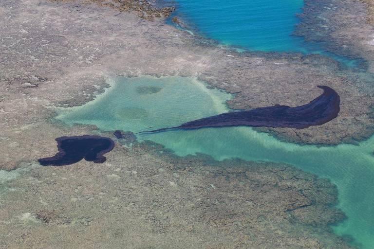 Mancha de óleo em São José da Coroa Grande, no litoral sul de Pernambuco, a cerca de 100 km de Recife