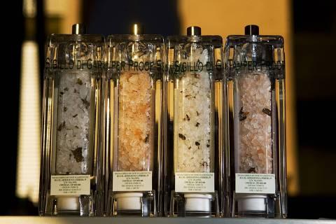 ORG XMIT: 131401_1.tif Gastronomia: embalagens com sal rosa do Himalaia e sal grosso com trufas, da importadora Toscana. (21.05.2008. Foto de Fernando Donasci/Folhapress)