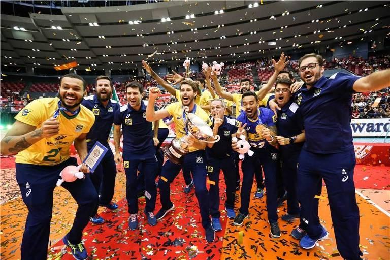 Seleção brasileira comemora a conquista do tricampeonato da Copa do Mundo de vôlei, no Japão