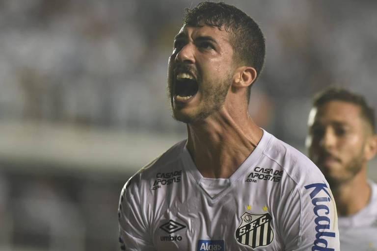 O zagueiro Gustavo Henrique comemora o seu gol