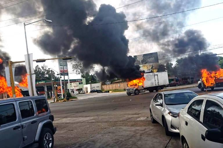 Carros incendiados durante confronto em Culiacán, em Sinaloa