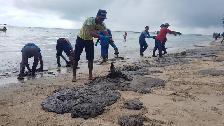 Mancha de óleo atinge praia de Carneiros, em PE