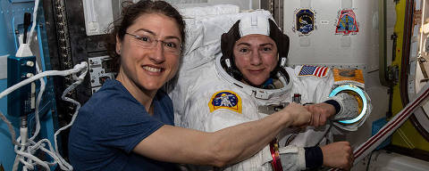 As astronautas Chrstina Koch (à esquerda) e Jessica Meir (à direita) minutos antes de deixarem a Estação Espacial Internacional para a primeira caminhada espacial feminina da história