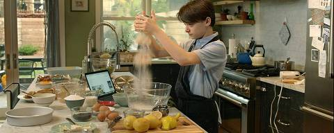 O ator Noah Schnapp cozinha em cena de 'Abe', de Fernando Grostein Andrade
