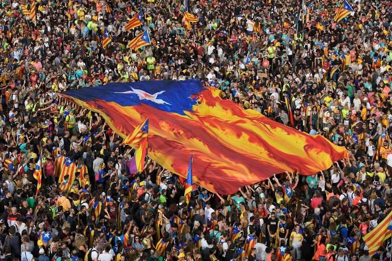 """Catalães exibem a """"estelada"""", bandeira que é símbolo da Catalunha pró-independência"""