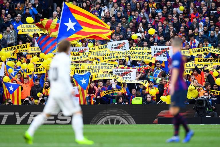 Manifestações em jogo no Camp Nou entre Barcelona e Real Madrid