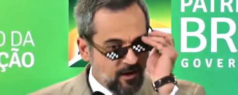 Resultado de imagem para Ministro usa óculos de meme para encerrar coletiva