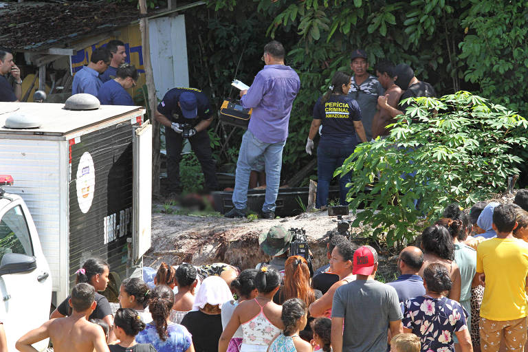 Perícia criminal investiga área em que foram encontrados três corpos decapitados no bairro Nova Cidade, em Manaus