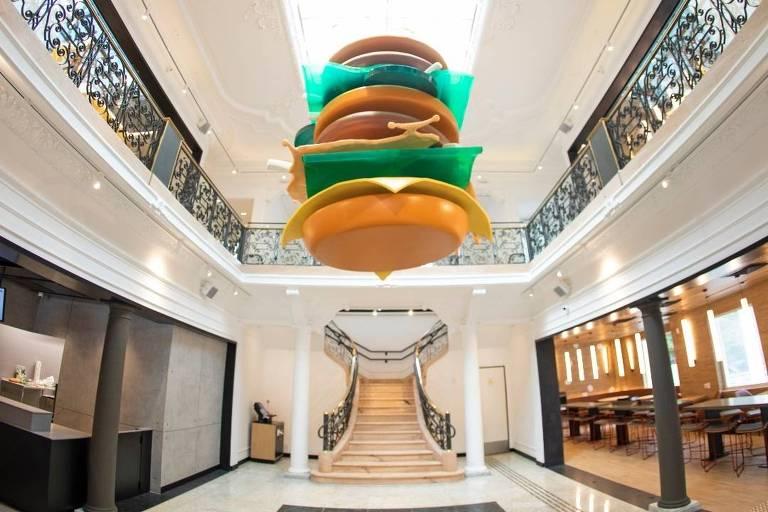 Lustre em formato de Big Mac decora o ambiente do Méqui 1000, a milésima loja do McDonald's no Brasil, em um casarão dos anos 1940 na avenida Paulista