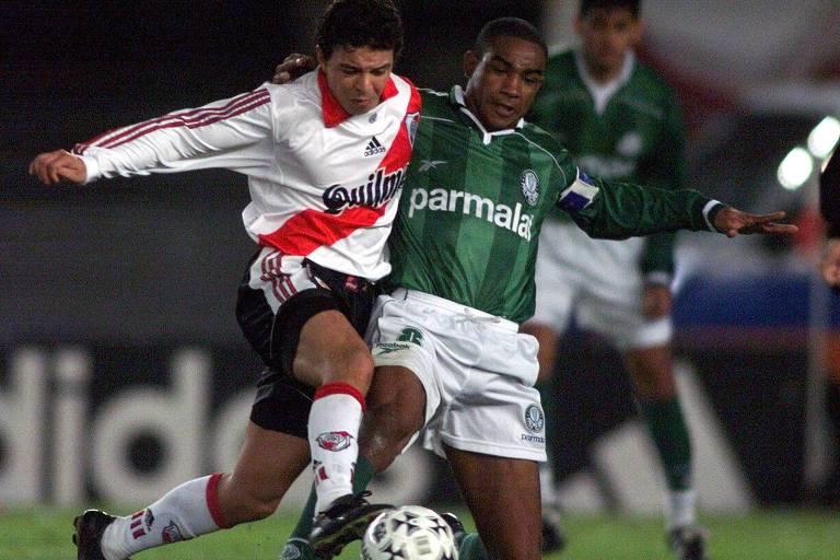 Revelado nas categorias de base do River Plate, Marcelo Gallardo foi um meia talentoso e de sucesso no clube. Após estrear em 1993, conquistou cinco títulos argentinos, uma Supercopa e uma Copa Libertadores com a equipe de Nuñez.