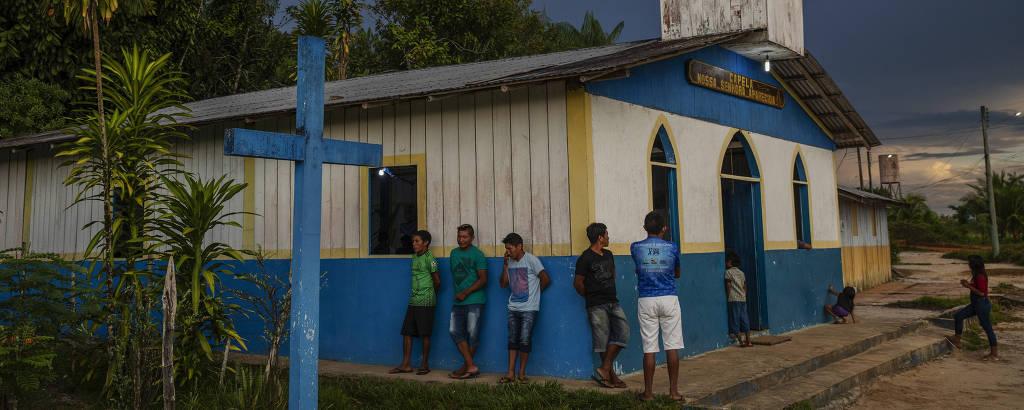 Moradores assistem missa em homenagem a Nossa Senhora Aparecida em uma capela no distrito de Iauaretê, comunidade indígena de São Gabriel da Cachoeira (AM) localizada na fronteira com a Colômbia