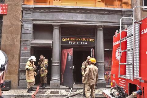 RIO DE JANEIRO,RJ,18.10.2019:INCÊNDIO-WHISKERIA-QUATRO-POR-QUATRO - Princípio de incêndio na Whiskeria Quatro por Quatro, no Centro do Rio de Janeiro (RJ), nesta sexta-feira (18). Bombeiros e Polícia militar estão no lugar apagando o fogo e contendo os curiosos. (Foto: Saulo Angelo/Futura Press/Folhapress) ***PARCEIRO FOLHAPRESS - FOTO COM CUSTO EXTRA E CRÉDITOS OBRIGATÓRIOS***