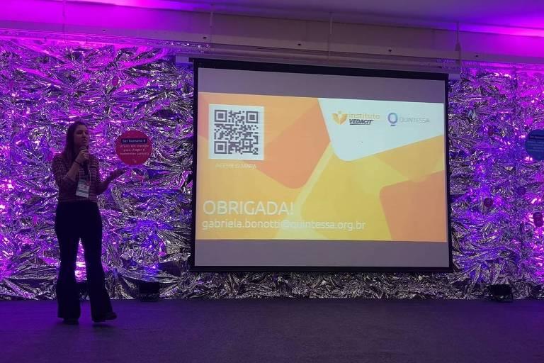 Gabriela Bonotti, diretora do Quintessa, apresenta o Mapa Cidades  Sustentáveis durante o Festival Social Good Brasil