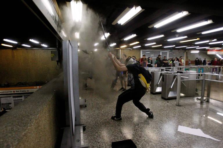 Protestos contra aumento da tarifa de metrô em Santiago, no Chile