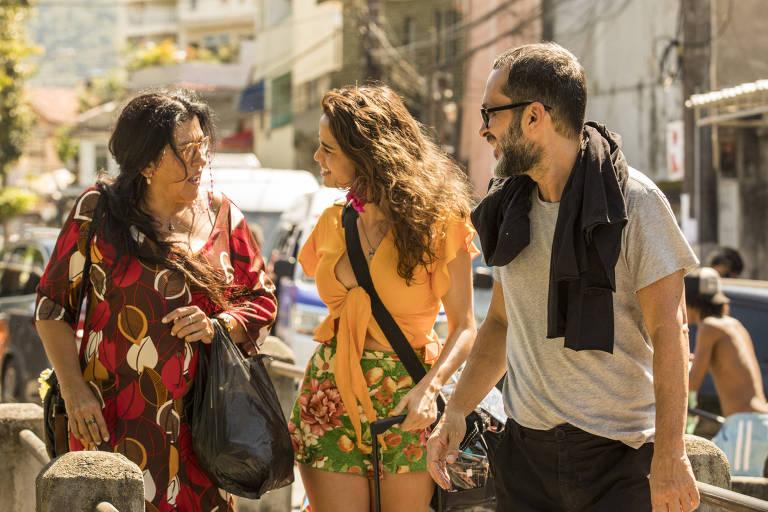 Villamarim marcando cena com Regina Casé e Nanda Costa