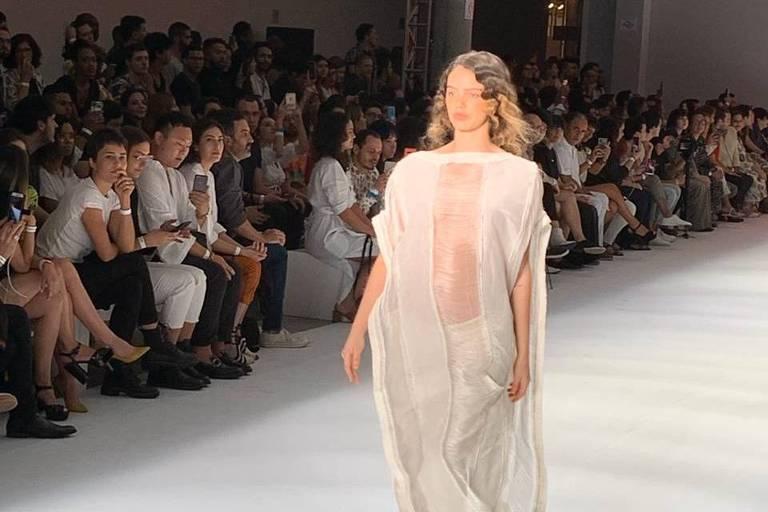 Grávida de 30 semanas, Laura Neiva desfila com modelo transparente na São Paulo Fashion Week