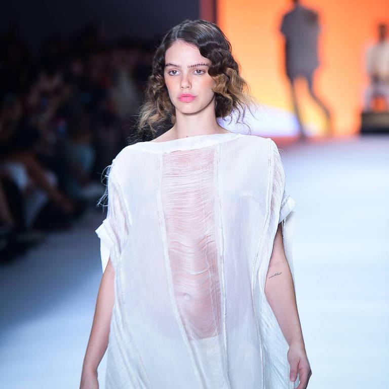 Laura Neiva desfila na São Paulo Fashion Week